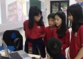 Students asking a group question during a virtual field trip. Photo: Hoa Nắng.
